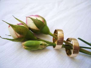 800px-Pair_of_wedding_rings